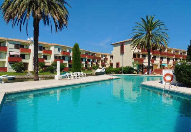 Apartamento en Empuriabrava - Apartamento de 2 habitaciones en zona residencial con vistas al canal y piscina comunitaria.