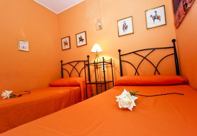 Alquiler piso para vacaciones en La Pineda. Habitación MARPINEDA