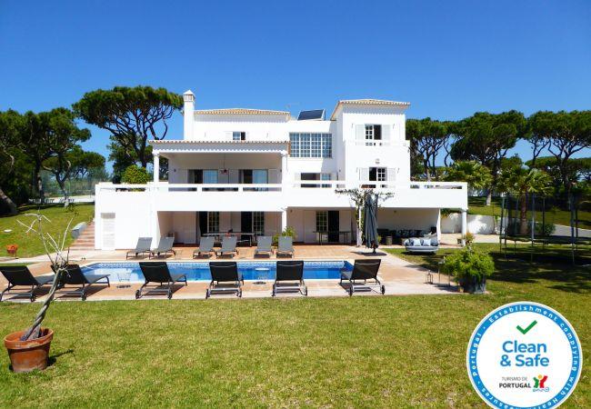 Villa en Quarteira - Vivenda na Fonte Santa - Quarteira, 6 quartos, ténis, Trampolim,piscina, 1 km da praia.