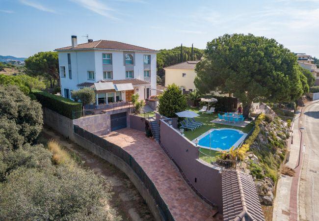 Villa en Calella - Villa con piscina a1 kmde la playa