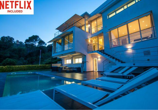 Villa in Blanes - Lujosa Villa Alta Vista con vistas al mar, piscina, A/C, jacuzzi exterior y ascensor.